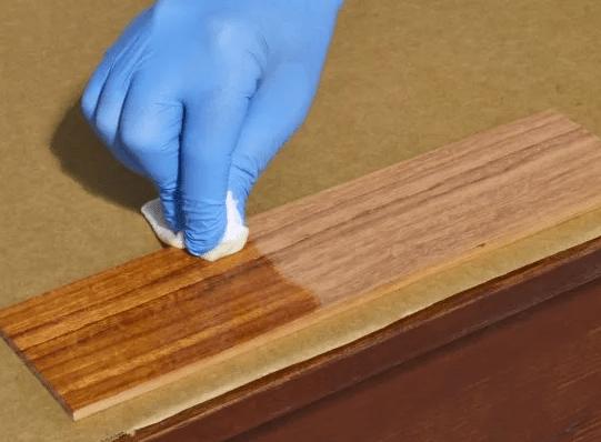 обработки дерева морилкой на основе воска