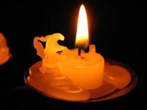 Чем и как очистить диван от воска свечи
