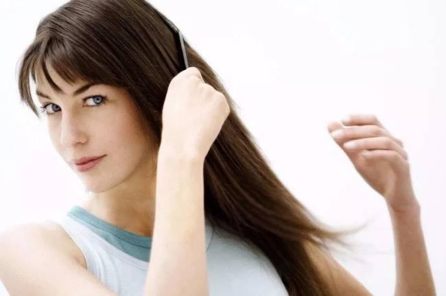 укладывать воском волосы