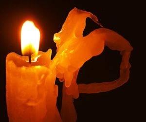 Почему свеча плачет воском