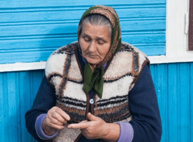 Бабушка выливает воском