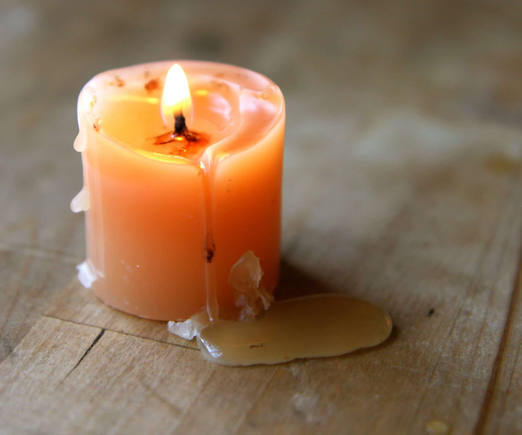 Капли воска на свече