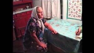 Бабушка отливает воском