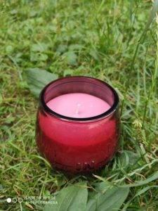 Стоит обратить внимание на эти свечи хотя бы потому, что они украшают интерьер, создавая в доме особенную атмосферу в самый обычный день. Дорогая посуда, изысканные блюда, негромкая музыка и утонченные дизайнерские свечи – лучший вариант для завершения вечера после насыщенного и суетливого дня. свеча после зажигания светится разными цветами , с ароматом малины