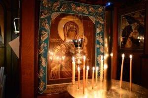 Алтарные свечи в церкви