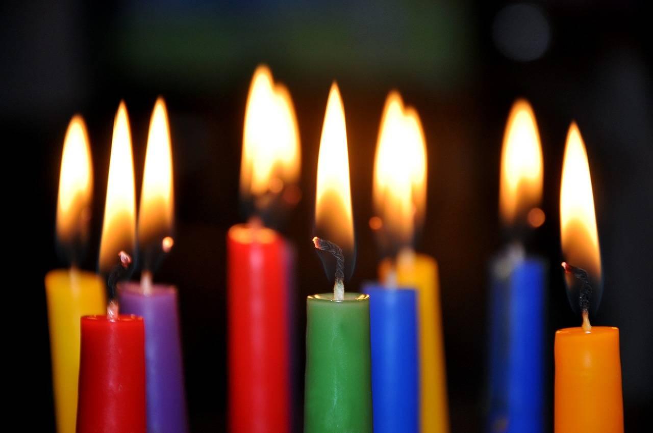 Пламя горящей свечи фото