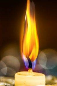 Свеча горит ярким пламенем