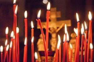 Церковные свечи красного цвета