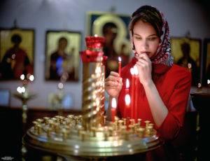 ставят свечи в церкви